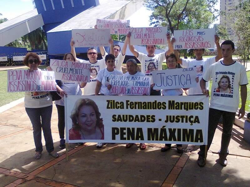 Parentes, ex-alunos e amigos protestaram nesta manhã na Praça do Rádio. (Foto: Mirian Priscilla Fernandes)
