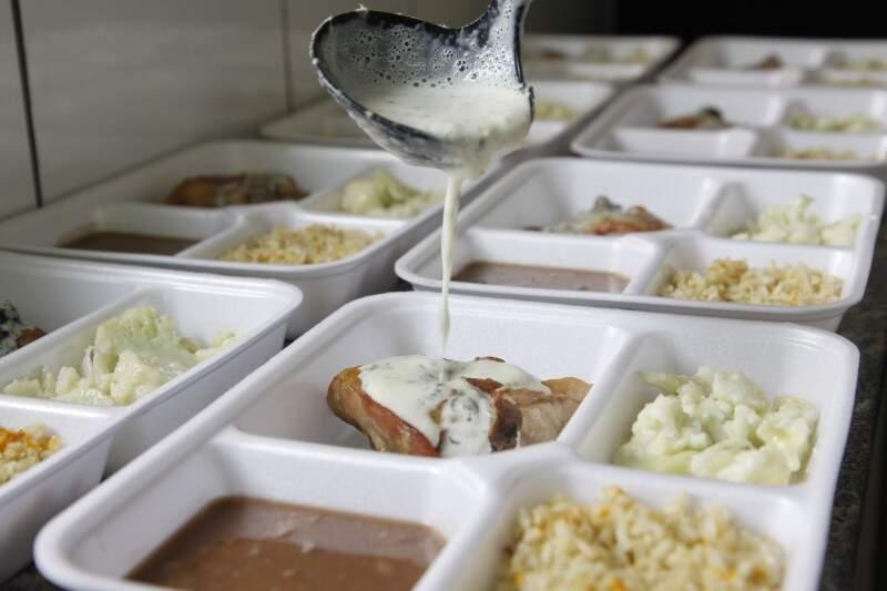 A comida é preparada com pouco sal e gordura e toda semana o cardápio muda. (Foto: Cleber Gellio)