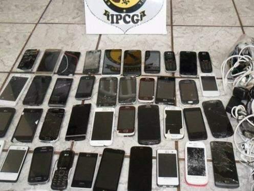 Operação para apreender celulares flagrou 48 aparelhos em presídio de Campo Grande na quarta (Foto: Divulgação/Agepen)