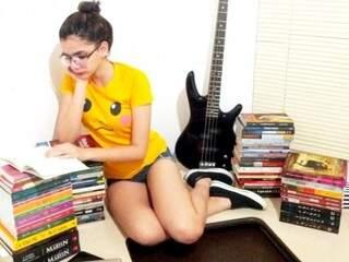 Em meio aos livros, o único perfil que ela ainda sustenta é o Instagram, rede que não inclui chats e nem conversas.