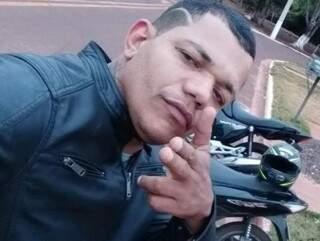 Fernando da Costa Silva fez uma selfie atrás da moto. (Foto: Arquivo pessoal)