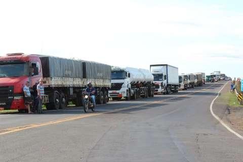 Caminhoneiros iniciam protesto na BR-163 e congestionamento chega a 10 km