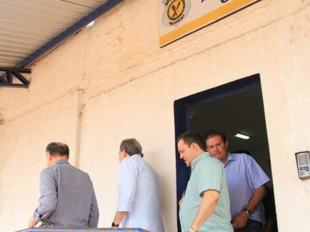 Saindo do presídio nesta manhã: da esquerda à direita, deputado Junior Mochi, senador Waldemir Moka, deputados Márcio Fernandes e Eduardo Rocha. (Foto: Marina Pacheco).