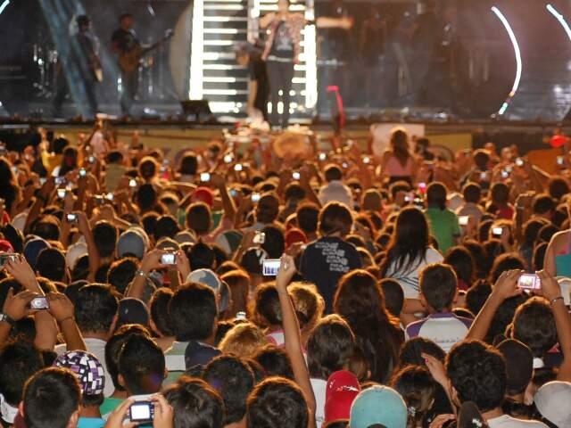 Multidão acompanha show de Luan Santana, principal atração da Expogrande no ano passado, que quase não ocorreu. (Foto: Simão Nogueira)