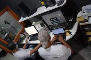 Voluntários trabalham na gravação de áudio-livro. (Foto:Divulgação)