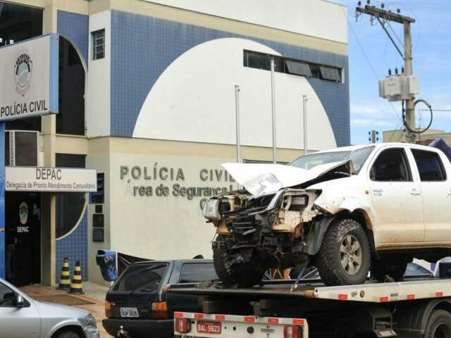 Caminhonete de Adriano na frente da Depac, onde o caso foi registrado. (Foto: Alcides Neto)