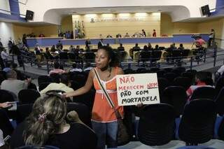 Manifestante levou cartaz contra fartura do lanche na Câmara. (Foto: Cleber Géllio)