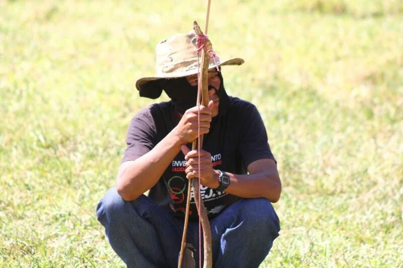 Índio observa movimento em fazenda invadida (Foto: Marcos Ermínio)