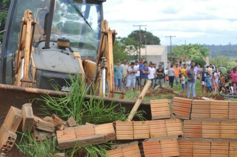 Casas, construídas em área invadida, começaram a ser derrubadas na tarde desta quarta-feira. (Foto: Alcides Neto)