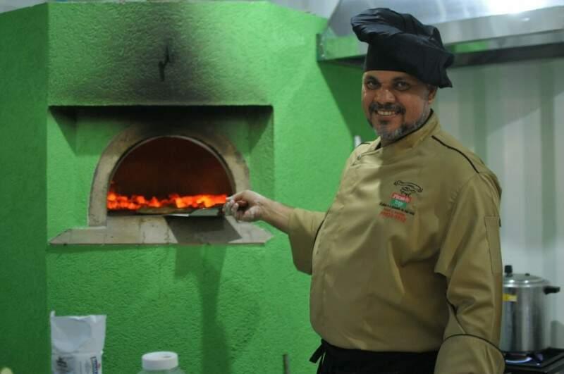 Jorge levou forno a lenha para dentro de container. (Foto: Alcides Neto)