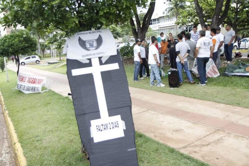 Grupo fez protesto ontem no Paço Municipal. (Foto: Cleber Géllio)