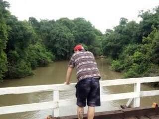 O rio turvo depois de chuva fraca (Foto: Direto das Ruas)
