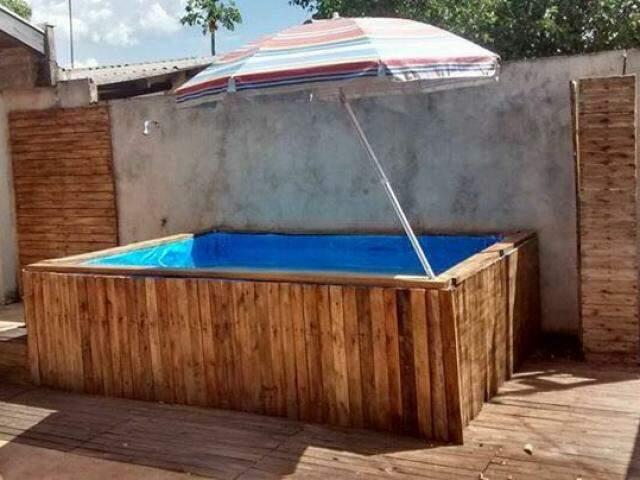 Na crise, piscina de pallet foi solução para casal.  (Foto: Arquivo Pessoal)