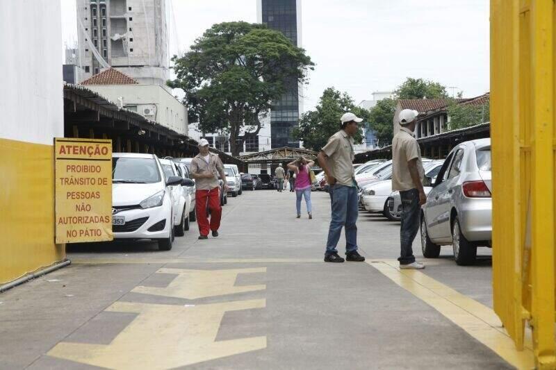 Nos estacionamentos a disputa por vagas também é grande. (Foto: Cleber Gellio)