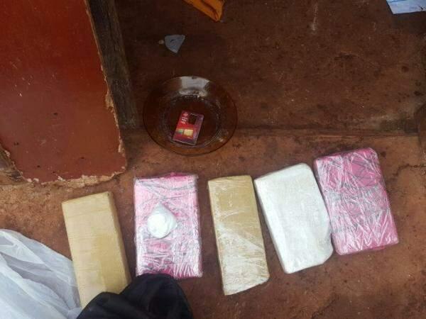 Além dos tabletes de droga, a maior parte dos entorpecentes estava em tabletes dentro de um forno. (Foto: Divulgação Denar)
