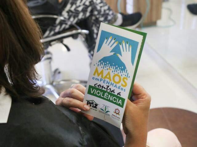 Programa Mãos emPENHAdas Contra a Violência foca em salões de beleza, onde as mulheres muitas vezes acabam desabafando suas histórias de agressões. (Foto: Paulo Francis)