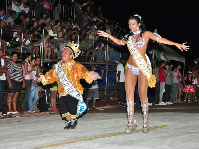 Animação não falta ao casal eleito para representar a Folia de Momo, mas a iluminação deficiente tira um pouco o brilho da festa. (Foto: João Garrigó)