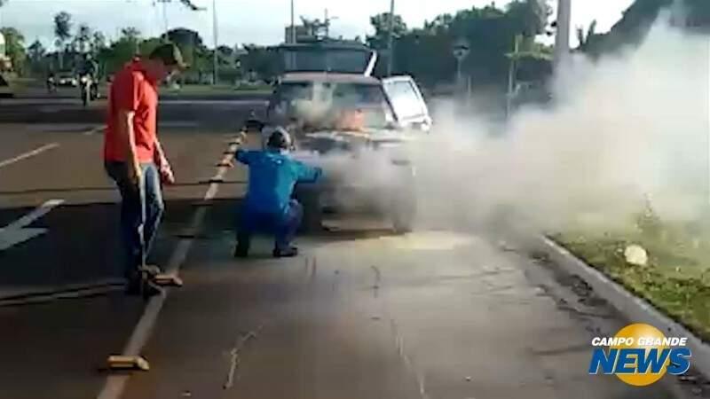 Carro pega fogo em frente a Base Aérea e assusta motorista
