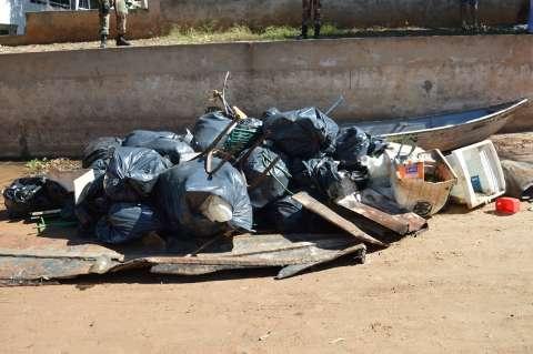 Mutirão recolhe pneus, bicicleta e até máquina de lavar do Rio Taquari