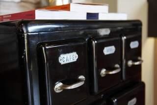 O armário de cozinha do tempo que que se guardava nas gavetas o pó de café.