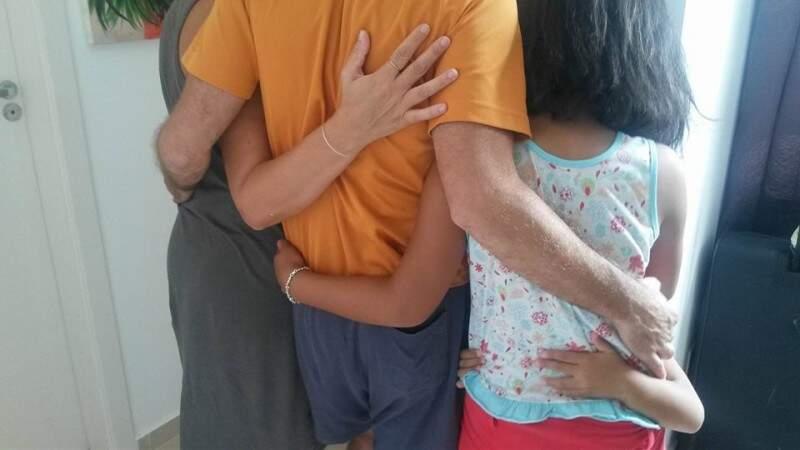 O abraço que une a família e supera as diferenças de língua.