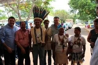 """Ruralistas e índios se confraternizam e até fazem """"x"""" para foto em Dourados (Foto: Antônio Marques)"""