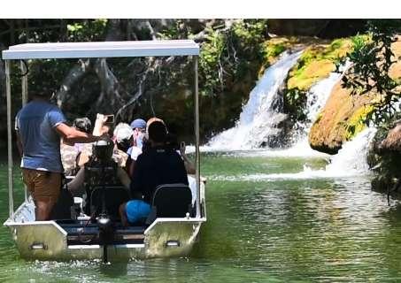 Barco sustentável movido a energia solar é atração nas águas do Rio Mimoso