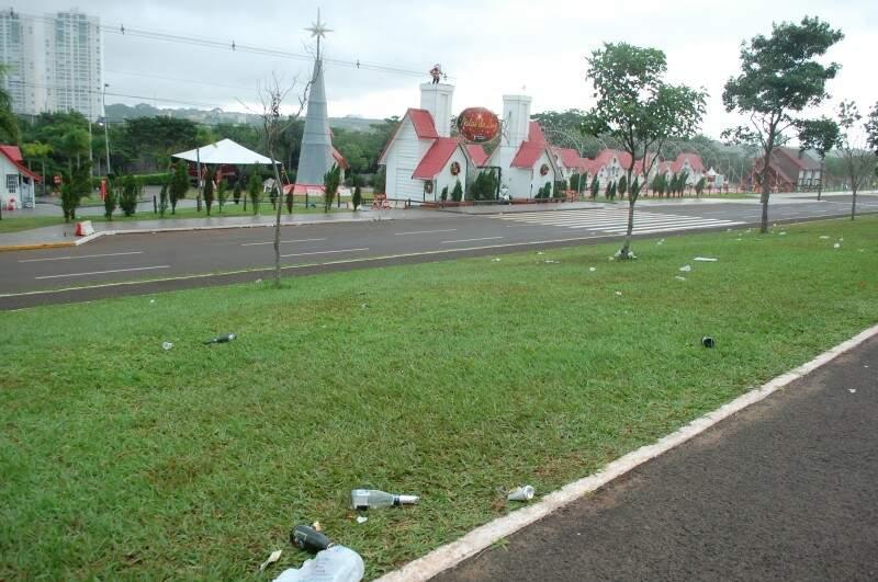 Populares deixaram lixos em frente à Cidade do Natal, após queima de fogos. (Foto: Renata Volpe Haddad)