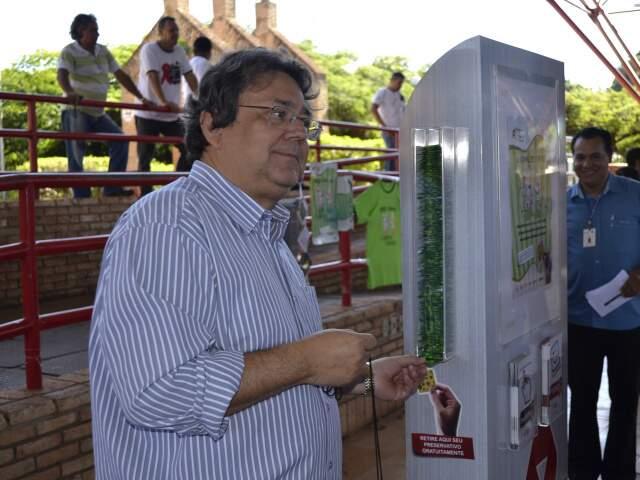Secretário Leando Mazina mostrou como funciona o display para retirar camisinhas. (Foto: Paula Vitorino)