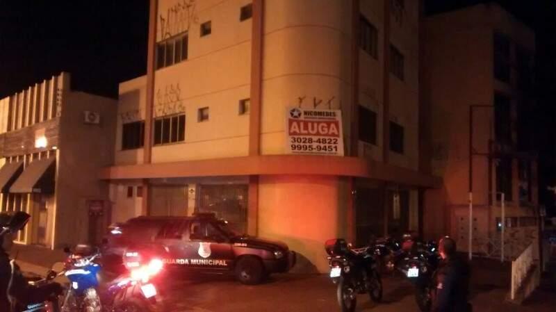 O adolescente foi flagrado pichando vários andares do prédio (Foto: Divulgação)