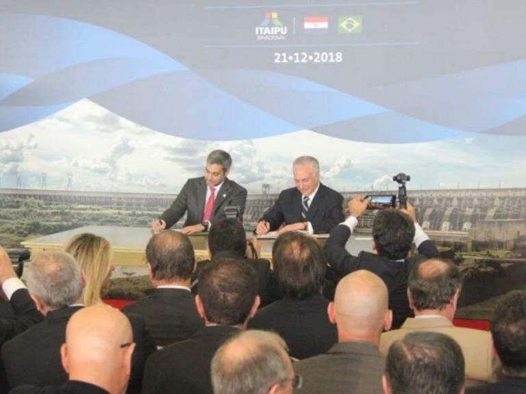 Presidentes do Paraguai, Márcio Abdo, e do Brasil, Michel Temer, assinam convênio sobre obra. (Foto: Silvio Andrade/Governo do Estado).