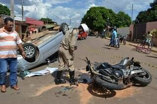 Carro capotou após ser atingido por motocicleta de 600 cilindradas (Foto: Simão Nogueira)