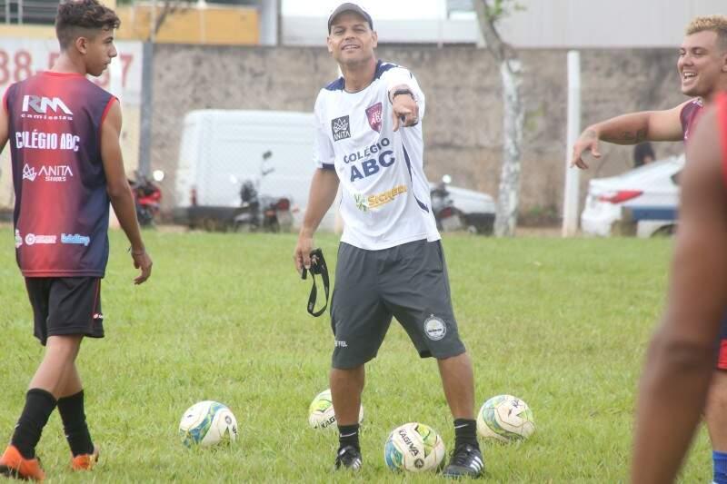 Robert, campeão brasileiro pelo Santos em 2002, comanda o time do Clube União/ABC que vai estrear no Estadual 2017 diante do Operário (Foto: Marcos Ermínio)