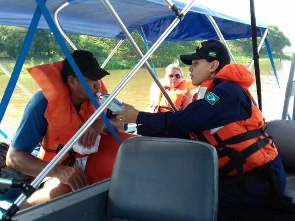 Pilotos de embarcações passam por teste do bafômetro. Operação Verão desencadeada pela Marinha do Brasil, em rios e lagos de Porto Murtinho, (Foto: Divulgação)