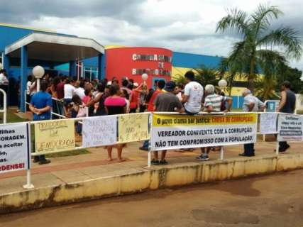 Moradores protestam contra aumento de salário de prefeito e vereadores