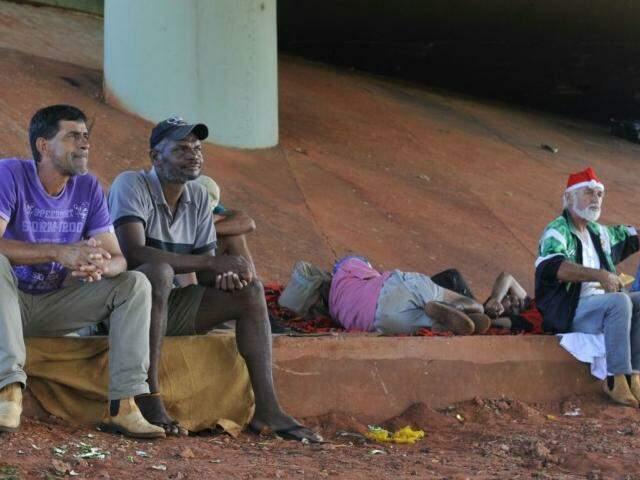 Desabrigados, despejados do Cetremi precisaram fazer viaduto 'moradia' improvisada. (Foto: Alcides Neto)