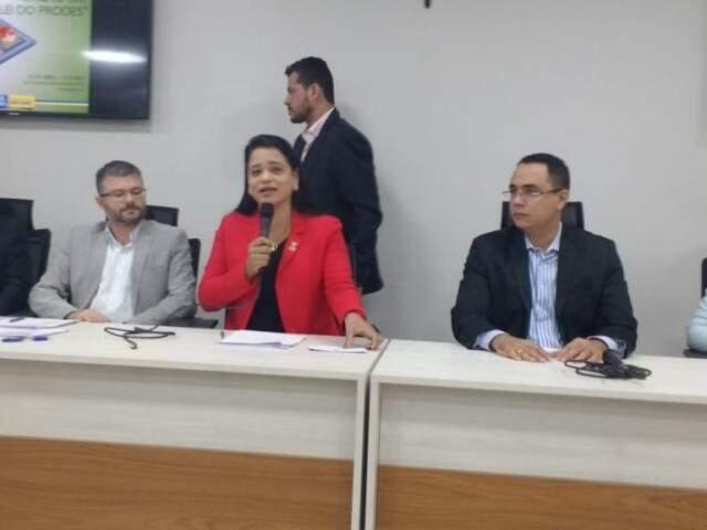 Titular da Sedesc, Herbert Assunção, ao lado dos vereadores Dharleng Campos (PP) e Odilon Júnior (PDT), durante audiência (Foto: Leonardo Rocha)