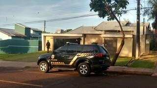 PF cumpre mandado de prisão em cidades de MS, entre elas em residência de Dourados. (Foto: Osvaldo Duarte)