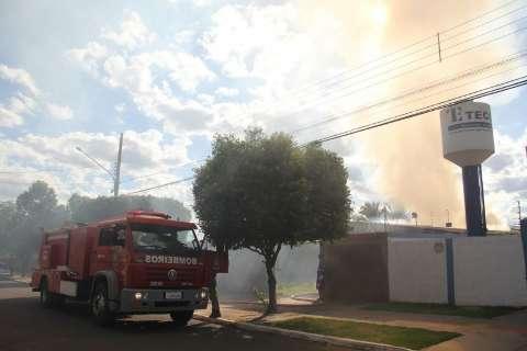Incêndio destruiu marcenaria no bairro Coronel Antonino e o dono sumiu