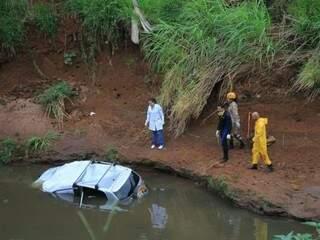 Veículo foi encontrado submerso no rio Anhanduí na manhã deste domingo. (Foto: Marina Pacheco)