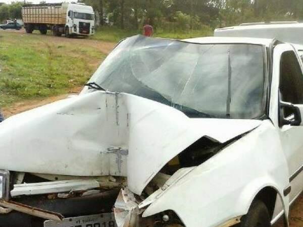 Adolescente perdeu controle do veículo e bateu em muro de residência. (Foto: Dourados Agora)