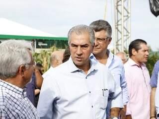 Governador Reinaldo Azambuja (PSDB) ao chegar na abertura da Showtec, em Maracaju. (Foto: Helio de Freitas).