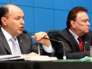 Presidente da Assembleia, Junior Mochi (PMDB), à esquerda, com o deputado Maurício Picarelli (PSDB). (Foto: Roberto Higa e Victor Chileno/ALMS)
