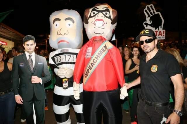 Protesto em Campo Grande a favor do afastamento de Dilma teve bonecos infláveis dela e de Lula. (Foto: Arquivo)
