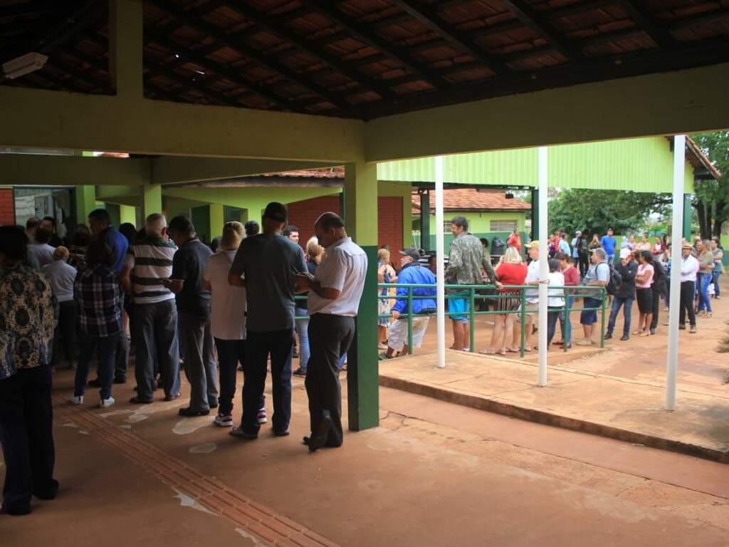 Fila para votação na Escola Estadual Amélio De Carvalho Bais (Foto: Marina Pacheco)