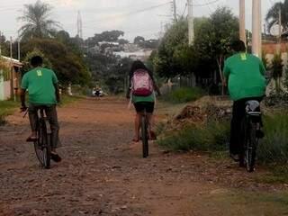 De bicicleta, eles andam cerca de 5km diariamente com rumo a escola Brasilina, no bairro Leblon. (Foto: Roberto Higa)
