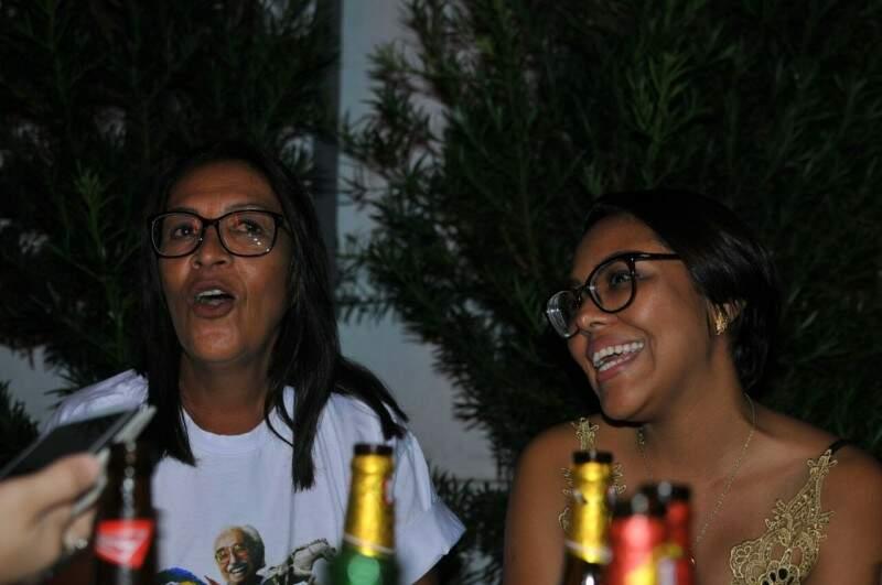 Carolina e Ísis Marques nunca tinham acompanhado, mas pelo amigo, vão assistir BBB. (Foto: Alcides Neto)