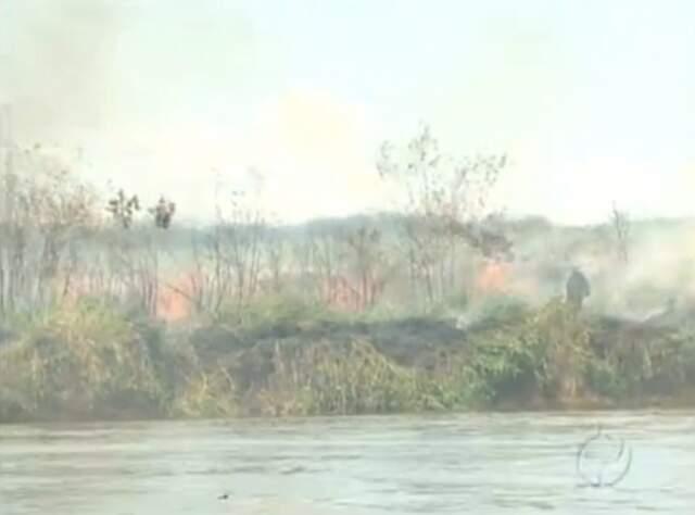 Incêndio destrói parque às margens do Rio Paraná. (Foto: Reprodução/RPCTV)
