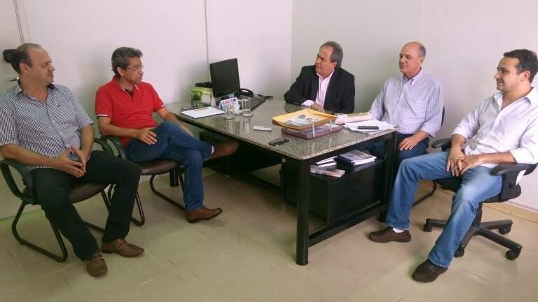 Secretários de Governo, Antônio Lacerda (de blazer), e de Meio Ambiente, José Marcos da Fonseca (de vermelho), se reuniram com representantes da Solurb nesta terça-feira pela manhã (Foto: PMCG/Divulgação)