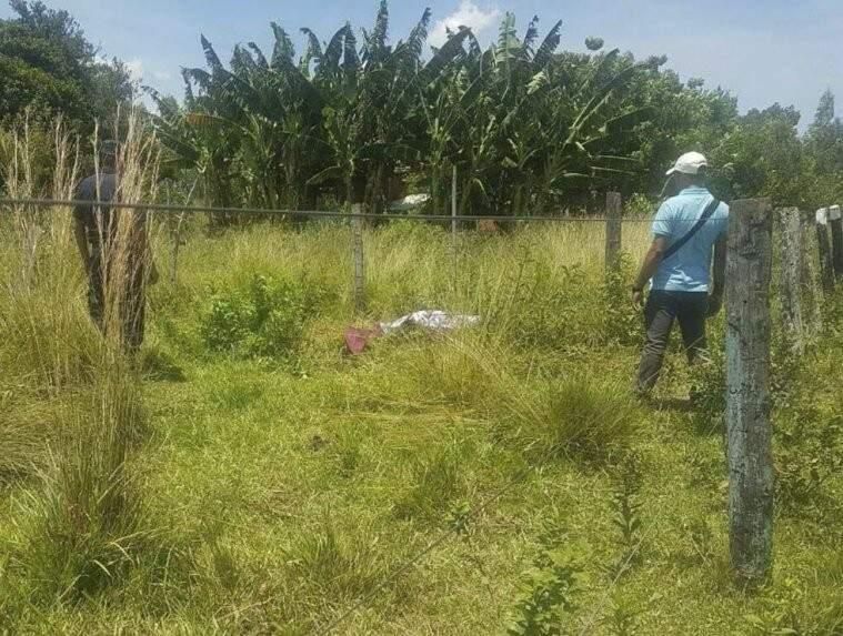 Policiais observam corpo de brasileiro, em Bella Vista Norte (Foto: ABC Color)